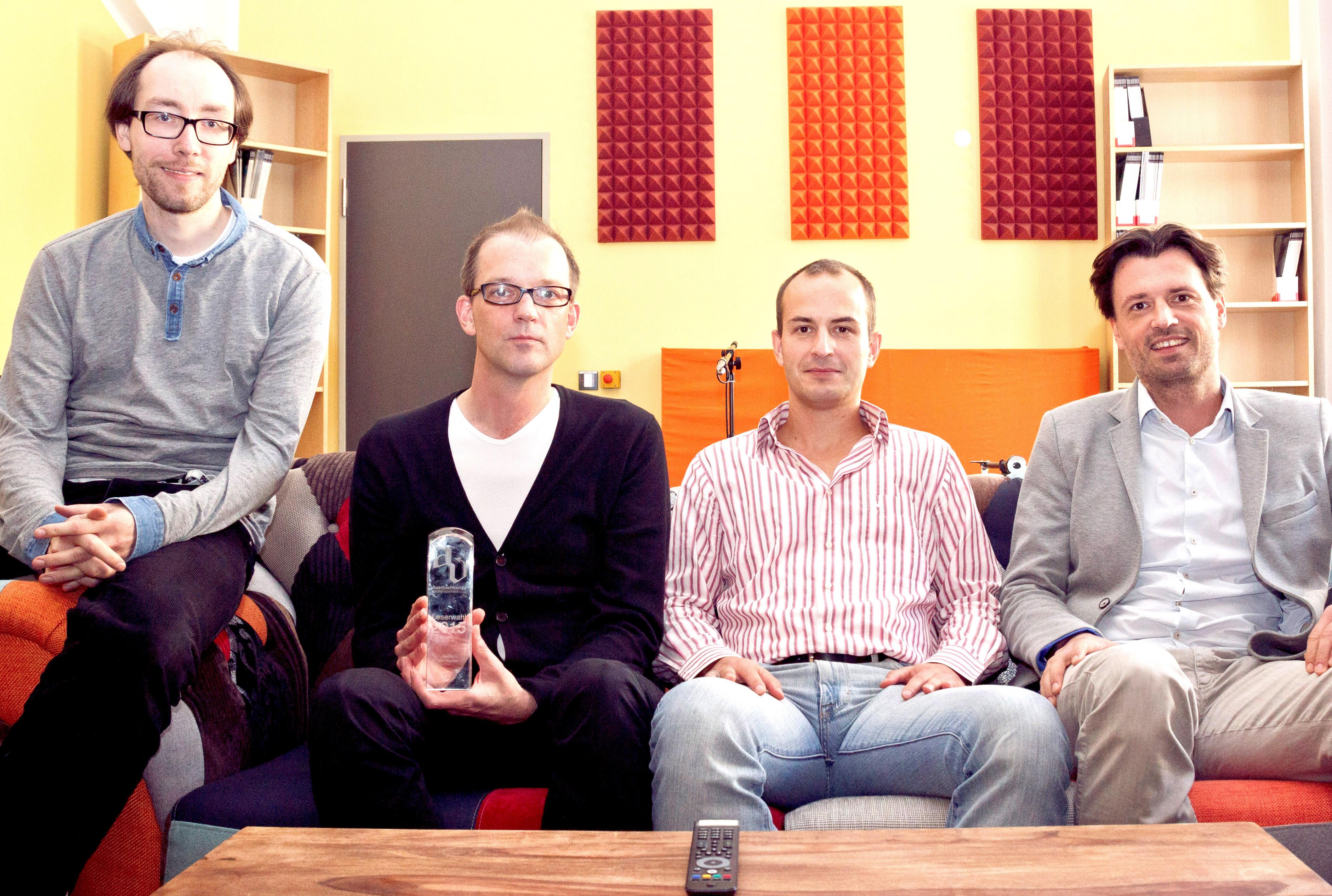 Sven Pieper von NAD/Dynaudio (2.v.l.) zeigte HDTV-Chefredakteur Christian Trozinski (l.), AUDIO-TEST-Chefredakteur Stefan Goedecke (2.v.r.) und dem neuen AUDIO-TEST-Experten Erik Schober die neuen Lautsprecher Dynaudio Excite X14a und den Vorverstärker C 510 von NAD